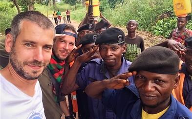 """""""V Kongu sme sa držali 2 odporúčaní proti ebole - nebozkávať mŕtvych a nejesť sušené opice,"""" hovoria Peťo a Martin z Travelistanu"""