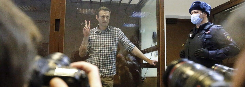 """""""Bili ma hodinu a pol v kuse, nechali ma visieť ako mäso na ražni,"""" opisuje väzeň život v ruskej base. Čo tam čaká Navaľného?"""
