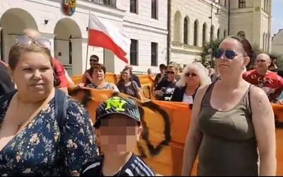 """""""Každý Poliak vidí, za pandémiou stoja Židia,"""" hrdo skandovali antivaxeri na proteste v Poľsku. Židom nadávali aj rodiny s deťmi"""