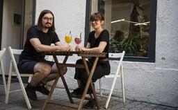"""""""Ľudia občas žartujú, či nepredávame drogy,"""" hovoria majitelia kaviarne Čiary, ktorú si obľúbili aj známi umelci"""