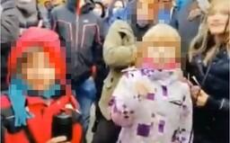 """""""Matoviča treba zabiť,"""" kričali deti na proteste. Polícia už vypátrala ich rodičov"""