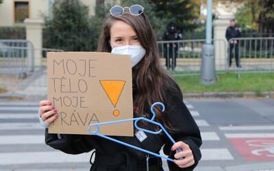 """""""Moje tělo, moje práva! Patriarchát do koše!"""" Prahou prošel pochod za právo na bezpečný přístup k interrupcím (Reportáž)"""