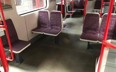"""""""Nejlepší místo na sezení bude ještě lepší!"""" Praha začala otáčet  sedačky v metru o 90 stupňů"""