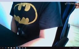 """""""Panic"""" s trikem Batmana, se kterým si volala herečka filmu V síti, se přišel sám udat na policii"""