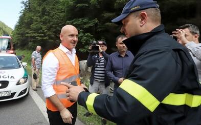 """""""Šiel som otvoriť tábor pre deti s ťažšími životnými osudmi. Práve ich autobus havaroval,"""" informoval minister školstva Gröhling"""