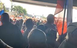 """""""Sme s vami,"""" demonštrantov prišiel podporiť poslanec Blaha. Desiatky kričiacich ľudí stoja pred NR SR"""