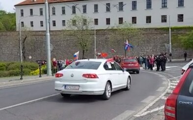 """""""Stop 5G"""". V Bratislave sa dnes protestovalo proti štátnej karanténe, cez mesto sa vybrala hlučná kolóna áut"""