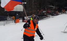 """""""Svobodu!"""" skandovali lyžaři iniciativy Chcípl PES na protestní akci na Vaňkově kopci. Spuštěný vlek zastavila až policie"""