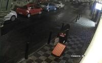 """""""To je bomba, vojáku!"""" Policisté pátrají po muži, který nechal před Pražským hradem kufr s domnělou výbušninou"""
