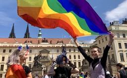 """""""Ublížit skupině znamená vzít svobodu všem."""" Prahou prošel pochod za rovnost všech queer osob (Reportáž)"""