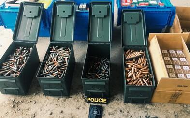 """""""Vášnivý sběratel"""" přechovával v Praze 26 nelegálně držených zbraní a 150 kilo munice"""