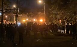 """""""Zhoďte prilby"""" kričia demonštranti na policajtov a chcú, aby sa k nim pridali. Delobuchy hádžu pred NR SR aj Úradom vlády"""