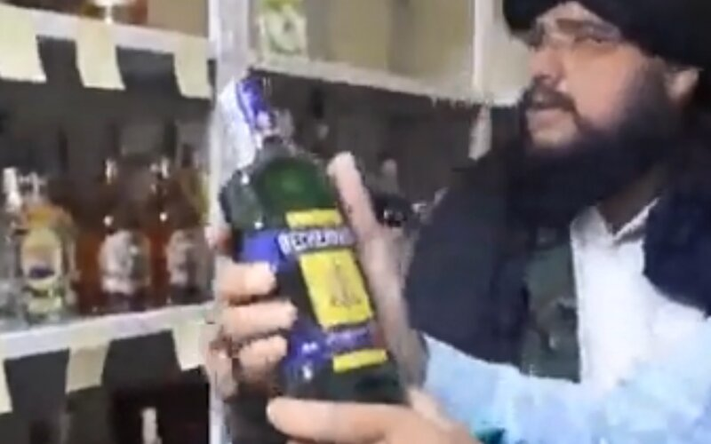 Taliban objavil slivovicu, pivo aj Becherovku v sklade českej ambasády. Fľaše alkoholu si so záujmom obzerali.