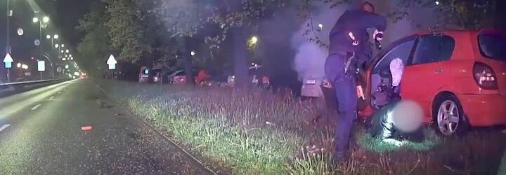 VIDEO: Šofér v Prahe sa snažil ujsť policajtom, až kým to nenapálil do stromu. Mal zakázané šoférovať a auto plné kradnutých vecí