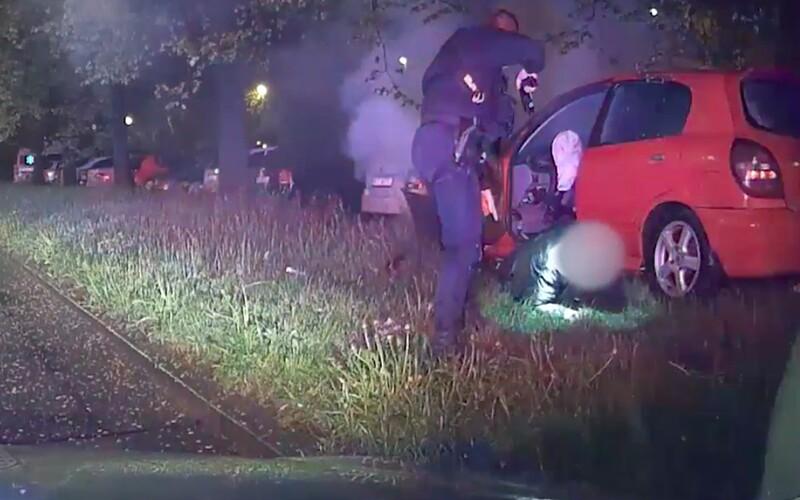 VIDEO: Šofér v Prahe sa snažil ujsť policajtom až kým to nenapálil do stromu. Mal zakázané šoférovať a auto plné kradnutých vecí.