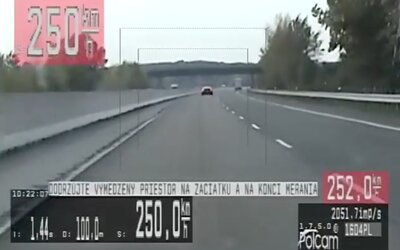 VIDEO: Bentley sa rútilo po D1 šialenou rýchlosťou 250 km/h. Vodič dostal najvyššiu možnú pokutu.