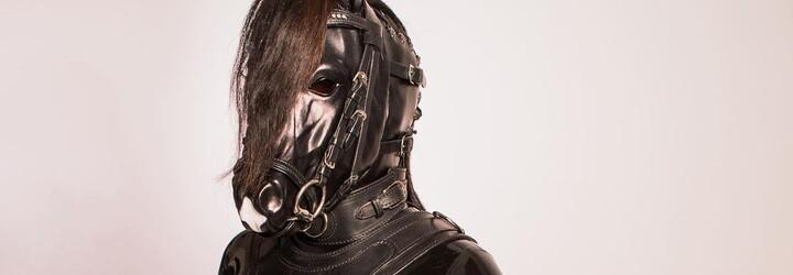 Moja výbava stála takmer 8 000 eur. So ženou uprednostňujeme asexuálny pony play, hovorí kôň Porthos Black Pearls (Rozhovor)