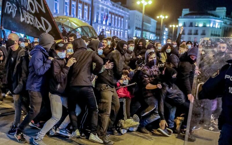 Protesty proti uvěznění rapera trvají v Barceloně už 6 dní. Demonstranti dělají nepořádek v ulicích.