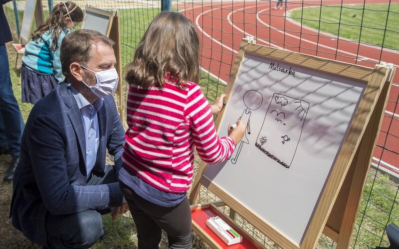 Rád by som sa vrátil do školských lavíc, bolo by to menej starostí, vyhlásil Igor Matovič počas návštevy bratislavskej školy.
