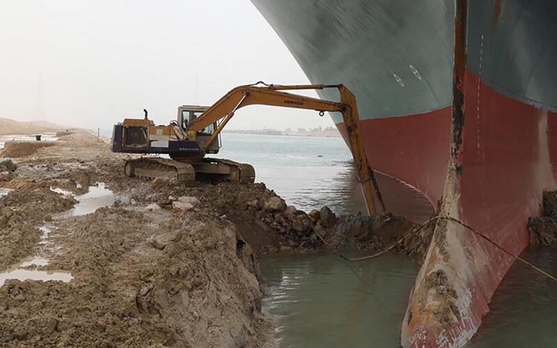 Loď, která blokovala Suezský průplav, znovu stojí. Majitel musí zaplatit téměř 20 miliard korun, jinak mu ji nevydají.