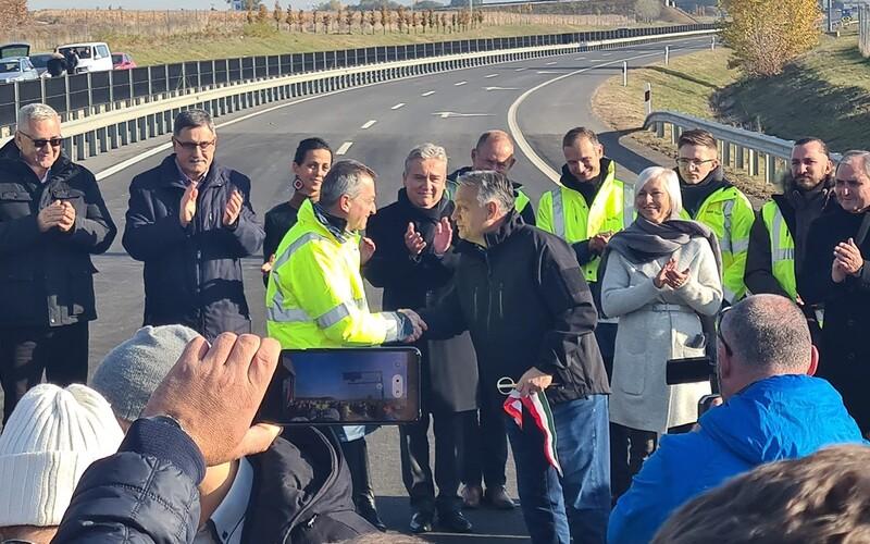 Bratislavu s Košicami spojila diaľnica cez Maďarsko. Slováci po tej vlastnej mali podľa sľubov politikov jazdiť už v roku 2010.