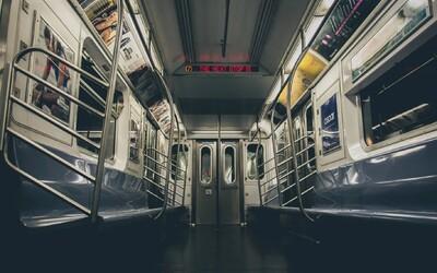 Muž ve Filadelfii znásilnil ženu ve vlaku. Cestující místo pomoci vytáhli telefon a incident natáčeli.