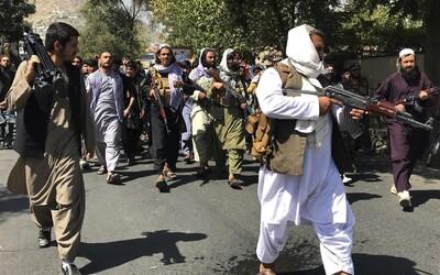 Talibanci zavesili na žeriav mŕtve telo, vraj tak bojujú proti zločinu.