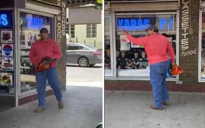Muž vytiahol motorovú pílu na protestujúcich ľudí. Neverte tým černochom a choďte domov, vrieskal.