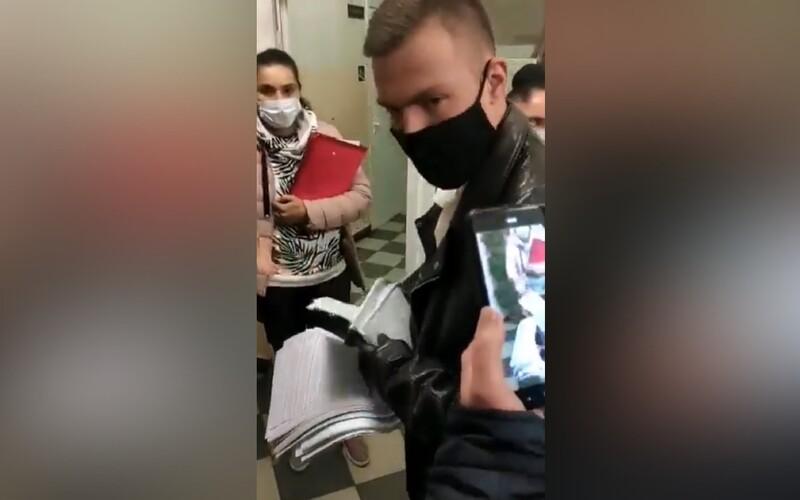 VIDEO: Internet je plný videí ukazujících podvádění u voleb v Rusku. Lidé volí víckrát, někdy i se stovkami lístků najednou.