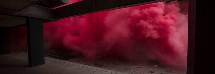 Kolem budovy Transgasu se objevil hustý červený dým. Aktivistická skupina bojuje proti jejímu zbourání