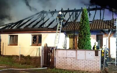 Požár v Nových Jirnech nepřežil jeden člověk. U tragédie v rodinném domě zasahovaly desítky hasičů.