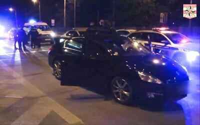 Patnáctiletá řidička z Brna si krátila izolaci jízdou po městě, po honičce s policií bourala. Přijel pro ni čtrnáctiletý bratr.