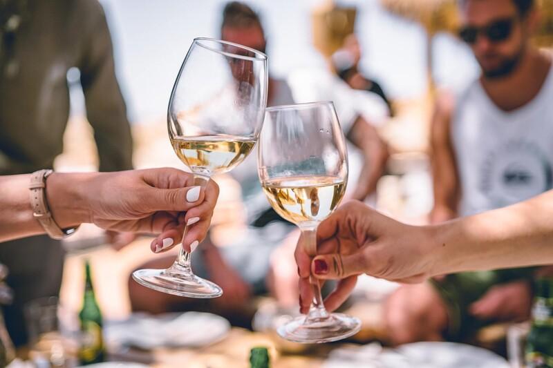 Čo môže do veľkej miery ovplyvniť vzťah mladých k alkoholu?