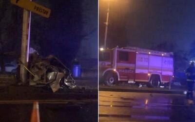 Aktualizované: Vodič z totálne zdemolovaného auta na Prievozskej prežil s ľahšími zraneniami, narazil do dvoch ďalších áut.