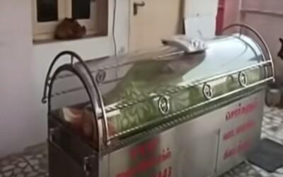 """""""Pohřbili"""" ho zaživa. Muž v Indii se po 20 hodinách v mrazáku probral."""