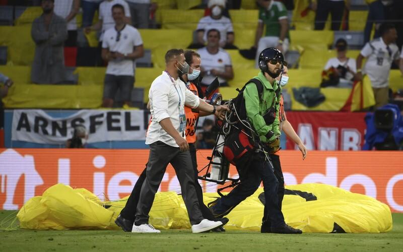 VIDEO: Paraglidista z Greenpeace seskočil ze střechy stadionu na Euru 2020, poranil ženu a zničil techniku.