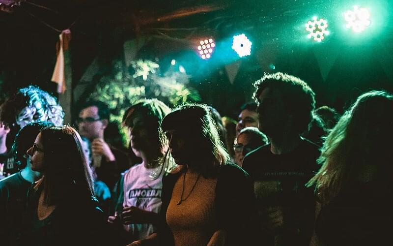Party navzdory vládním nařízením: V Holešově měli na diskotéce vířivku, popíjeli a kouřili v podniku.