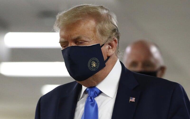 Donald Trump se na veřejnosti poprvé ukázal s rouškou. Nedávno tvrdil, že by si ji na sebe nikdy nevzal.