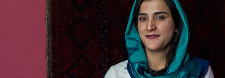 Afganské ženy sa fotia v pestrofarebných šatách na protest proti Talibanu, ktorý od nich vyžaduje čierne hidžáby