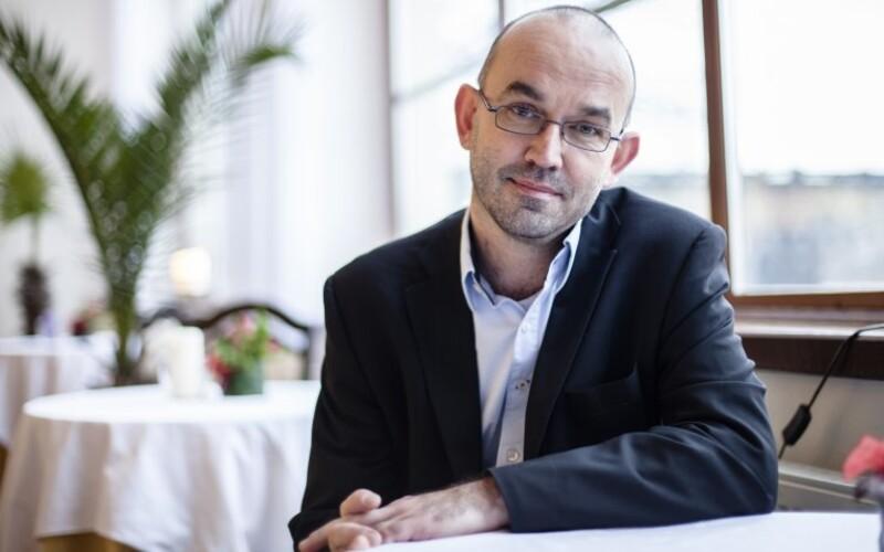 Falešný účet nového ministra zdravotnictví straší Čechy. Ti věří, že se na noc bude vypínat elektřina.