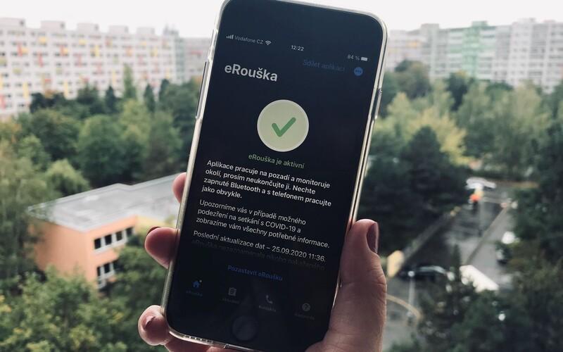 Aplikaci eRouška si stáhlo 455 tisíc lidí, hygienici díky ní vytrasovali pouhých 14 případů.