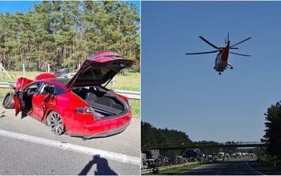 Vodič Tesly spôsobil na diaľnici za Malackami vážnu dopravnú nehodu. Cestu museli uzavrieť, zasahovala aj helikoptéra.