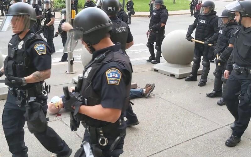 Policisté v USA shodili 75letého protestujícího na chodník, z hlavy mu začala téct krev.