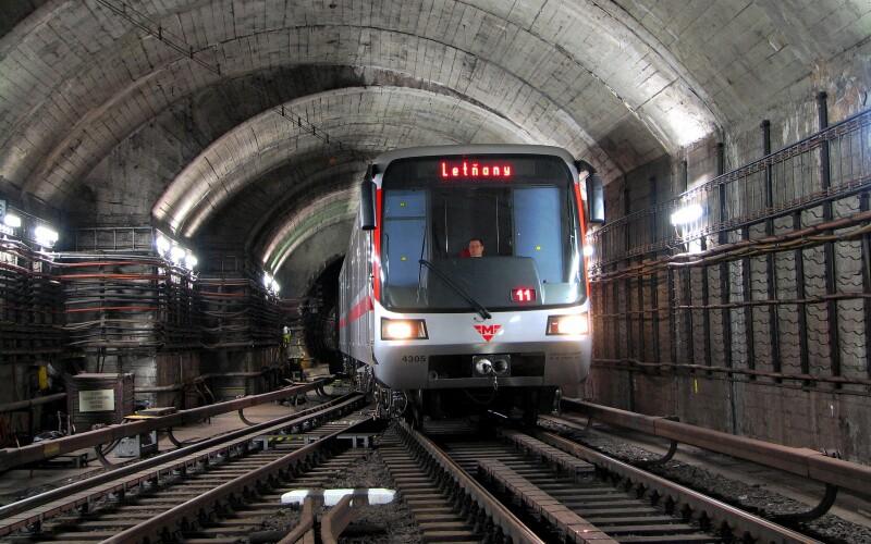 Anonym nahlásil bombu v pražském metru. Policisté prohledávají zastávky.