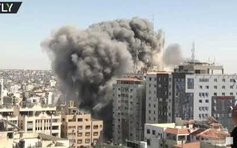 VIDEO: Izrael odpálil budovu v Pásme Gazy, v ktorej sídlili zahraničné médiá. 13-poschodová budova sa po nálete zrútila.