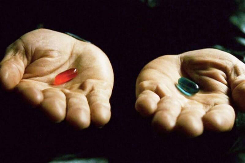 Morpheus ponúkne Neovi červenú a modrú kapsulu. Ako táto scéna pokračuje?
