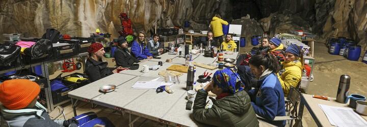 15 dobrovolníků strávilo 40 dní v jeskyni bez mobilů a denního světla. Stalo se to, s čím počítali vědci