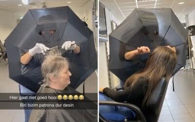 Kaderníčka v holandskom meste Oss sa s rizikom nákazy novým koronavírusom vysporiadala po svojom. Stačí jej dáždnik a strihá ďalej, všetko nahrala na video.
