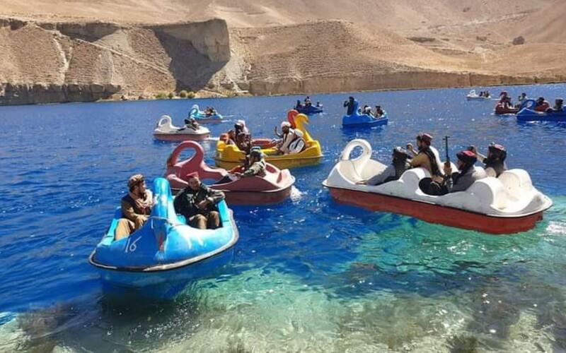 Ozbrojení talibanci si užívajú vodné bicykle v tvare labutí. Unikli ďalšie bizarné fotky z Afganistanu.