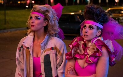 10 komediálnych seriálov na Netflixe, pri ktorých si precvičíš bránicu a kráľovsky sa pobavíš